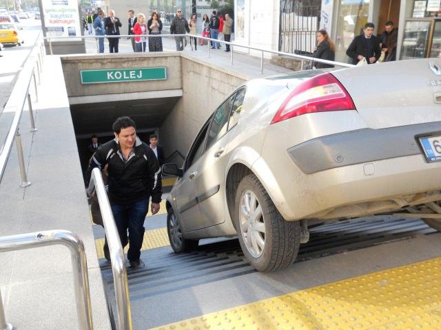 Metro girişini otopark zannetti!