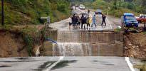 Sel köprüyü yıktı geçti
