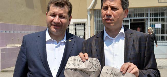 Oy kullanma kabinlerine bunu yazdılar!