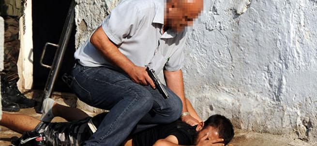 Uyuşturucu almaya gelen oğlu gasp ettiler, babayı rehin aldılar