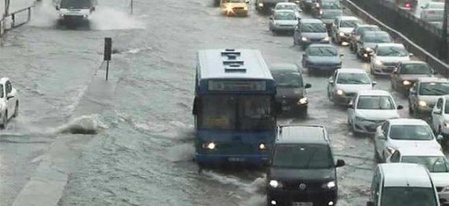 Kartal'da şiddetli yağış sonrası E-5 yolunu su bastı.