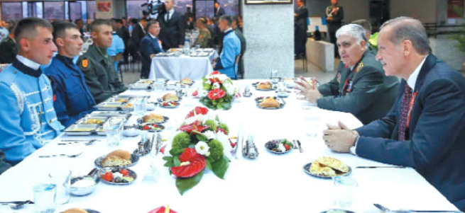 Erdoğan'dan Muhafız Alayı'nda tabldotla iftar