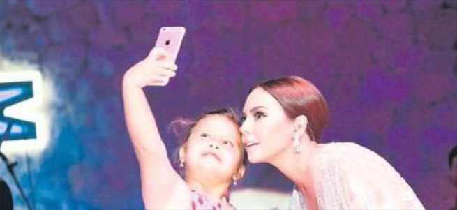 8 yaşındaki hayranından selfie dersi