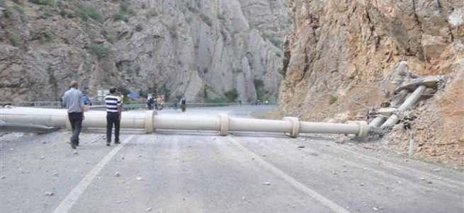 PKK'lılar Hakkari-Çukurca yolunu ulaşıma kapattı