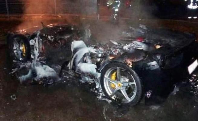 Yeni modelini almak için Ferrari'sini yaktırdı