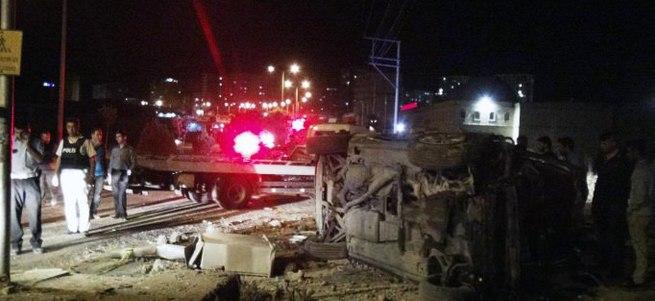 Otomobil kaldırıma daldı: 3 ölü