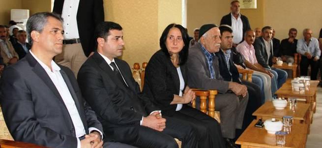 Demirtaş PKK'lıların evine taziye ziyaretine gitti