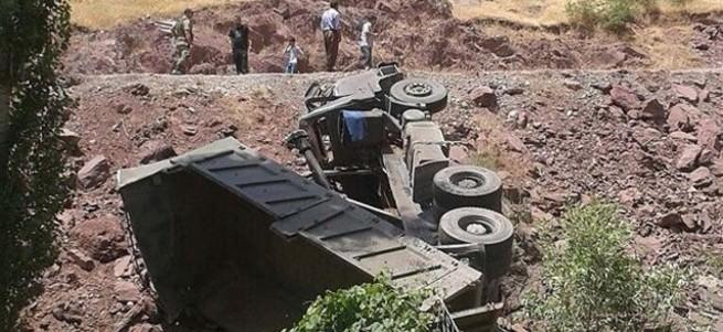Hakkari'de askeri araç devrildi!