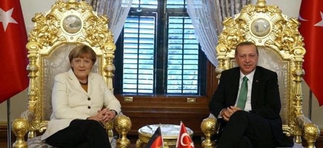 Merkel'in oturduğu ata yadigarı koltuk rahatsız etti