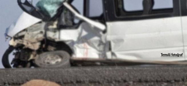 Minibüs ile öğrenci servisi çarpıştı: 30 yaralı