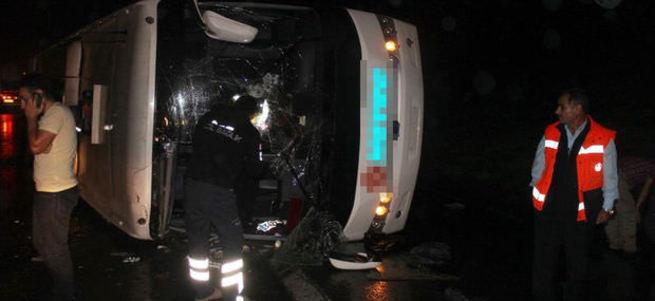 TEM otoyolunda yolcu otobüsü devrildi