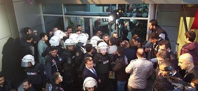 İpek Medya binası önünde polise mukavemet