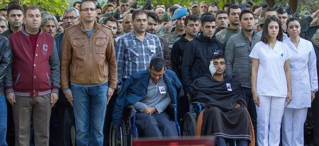 Şehidin cenazesine yaralı arkadaşları da katıldı