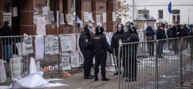 Türkiye'nin Moskova Büyükelçiliği'ne taşlı saldırı