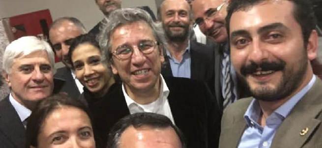 CHP'li vekillerin Can Dündar selfie'si