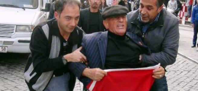 Mersin'de HDP'lilere Türk bayraklı tepki