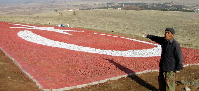 Şehitler için çakıl taşlarından dev Türk bayrağı yaptı