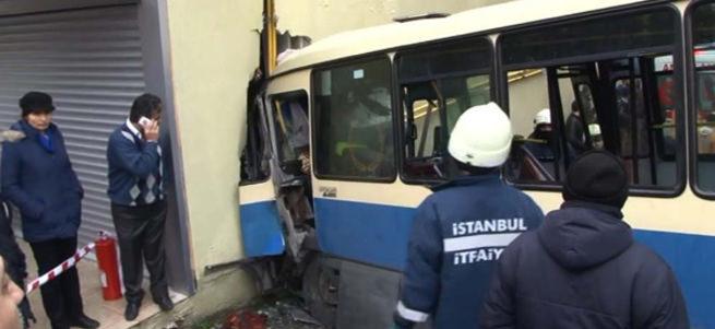Sarıyer'de yolcu minibüsü duvara çarptı: 1 ölü, çok sayıda yaralı var