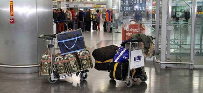Horozlarını götüremeyen yolcu havalimanında mahsur kaldı