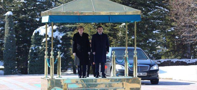 Almanya Başbakanı Merkel askeri Türkçe selamladı