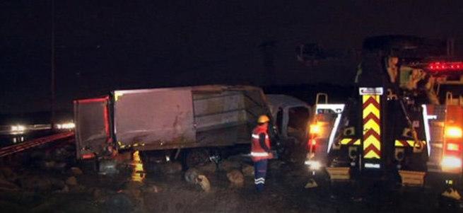 TEM'de havalanan kamyonet otomobilin üstüne düştü