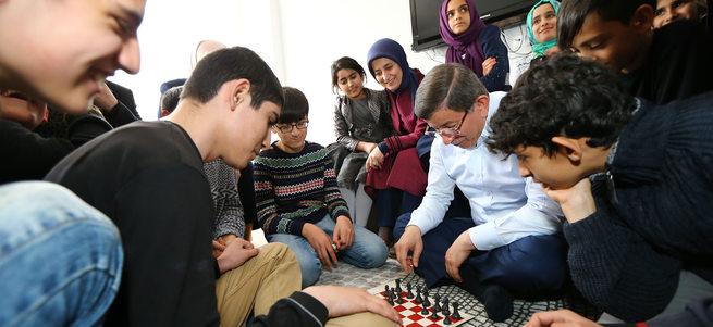 Davutoğlu Bingöl'de çocuklarla satranç oynadı