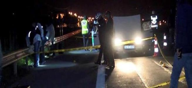 Polis aracına çarpıp, silah çektiler: 1 ölü!