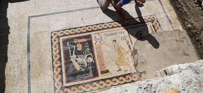 Antakya'da Neşeli ol hayatını yaşa yazılı mozaik bulundu