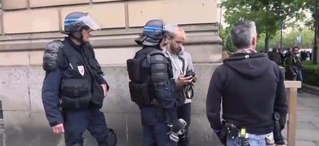 Fransız polisi gazetecilerin çektiği fotoğrafları sildirdi