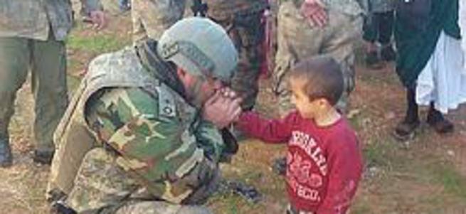 Şırnaklı çocuğun ellerini ısıtan asker yaralandı