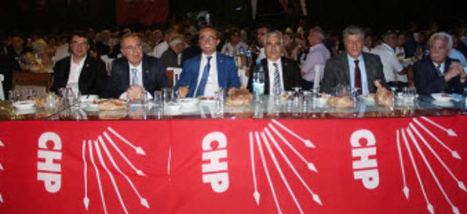 CHP yemeğinde skandal! Gazeteciye saldırdılar