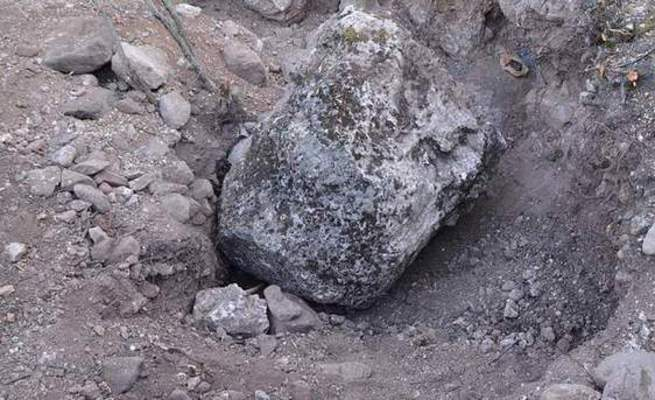 Define ararken düşen kayanın altında öldü