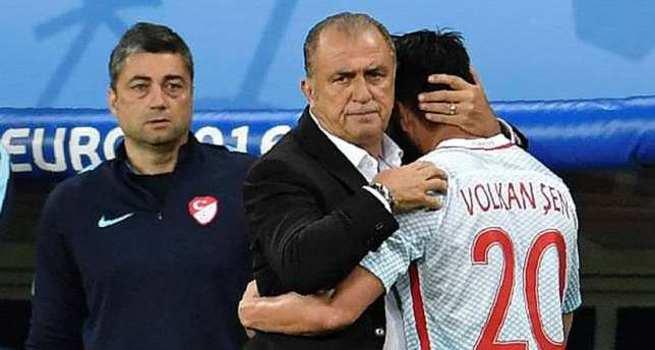 Fatih Terim futbolcularına sarılarak ağladı