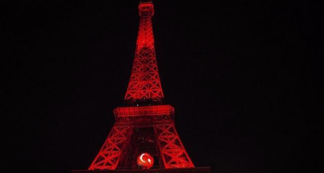 Eyfel Kulesi dayanışma için kırmızı beyaza büründü