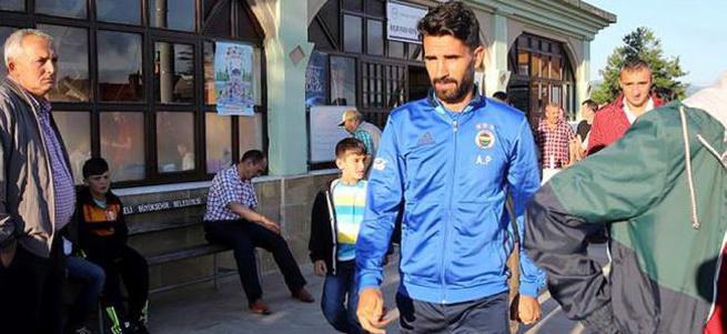 Fenerbahçeli futbolcular bayram namazını köylüler ile kıldı