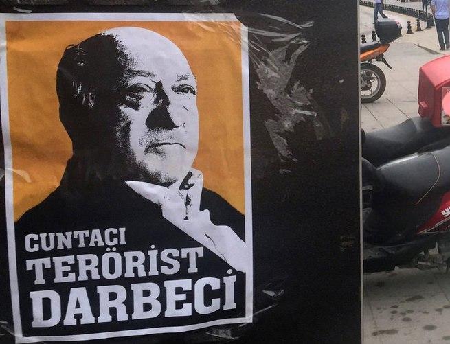 Bu posterler kentin dört bir yanına asıldı