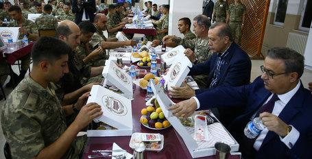 Cumhurbaşkanı Erdoğan, Silopi'de askerlerle birlikte iftar yaptı