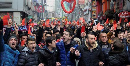 Trabzonspor taraftarlarından kırmızı kartlı yürüyüş