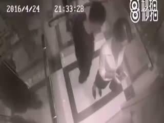 Asansör sap��� kad�ndan böyle dayak yedi!