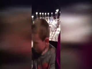 Roller Coaster'da kemeri aç�lan çocu�u babas� kurtard�