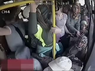 Halk otobüsünde cinsel organ�n� gösteren sap��� kad�nlar dövdü