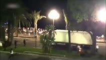 Fransız polisinin terör saldırısı gerçekleştiren kamyonu durdurma çabaları kamerada!