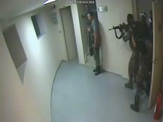 Atatürk Havaliman� kulesinde polisin darbecilere operasyonu kamerada